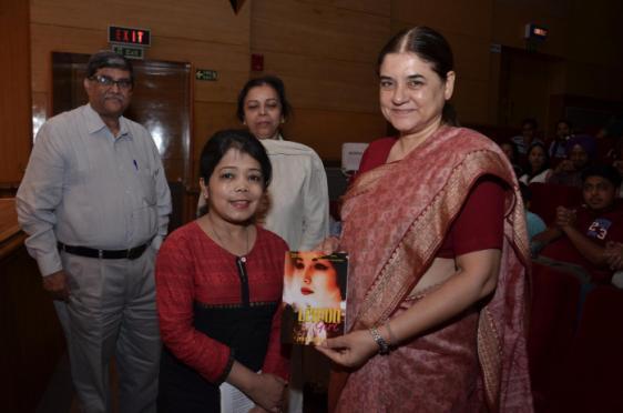 Maneka Gandhi appreciating Jyoti Arora, author of Lemon Girl
